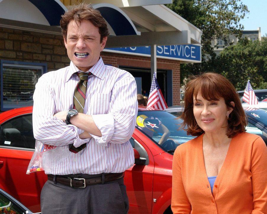 Um ihren Job zu retten, hat Frankie (Patricia Heaton, r.) eine ganz besondere Marketing-Idee. Ihr Kollege Bob (Chris Kattan, l.) steht ihr bei der U... - Bildquelle: Warner Brothers