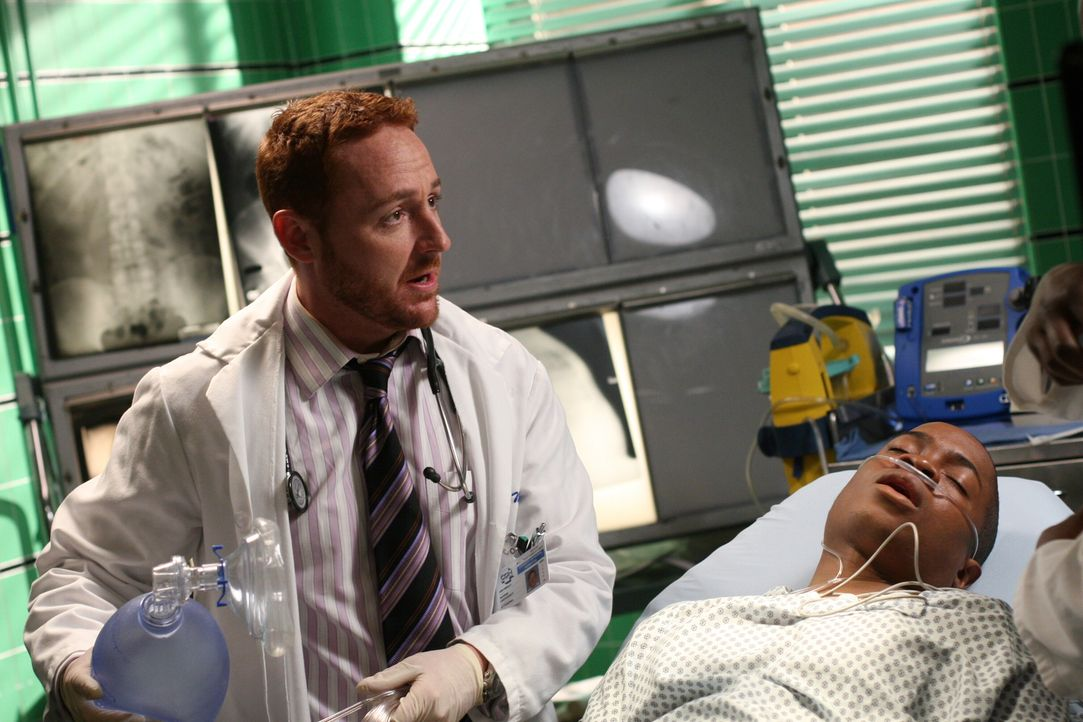 Morris (Scott Grimes, l.) will Chaz (Sam Jones III, r.) intubieren, doch Pratt hält ihn davon ab, als er bemerkt, das Chaz wieder zu sich kommt ... - Bildquelle: Warner Bros. Television