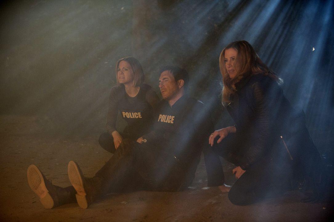 Ray verschleppt Beth in eine einsame Hütte im Wald. Während Janice (Mariana Klaveno, l.), Jack (Dylan McDermott, M.) und Vicki (Mira Sorvino, r.) fi... - Bildquelle: Warner Bros. Entertainment, Inc.