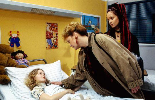 Nach Claras (Mandy-Marie Mahrenholz, l.) Operation taucht plötzlich ihre Schw...