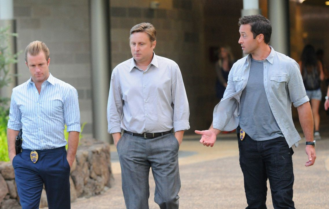Bei den Ermittlungen in einem neuen Fall stoßen Danny (Scott Caan, l.) und Steve (Alex O'Loughlin, r.) auf Patrick Roth (Scott Michael Morgan, M.).... - Bildquelle: 2012 CBS Broadcasting, Inc. All Rights Reserved.