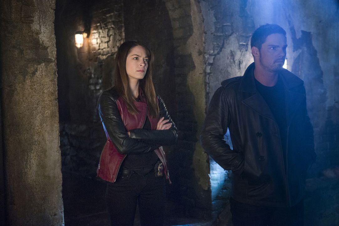 Auf der Suche nach Sam Landon: Vincent (Jay Ryan, r.) und Cat (Kristin Kreuk, l.) ... - Bildquelle: 2013 The CW Network, LLC. All rights reserved.