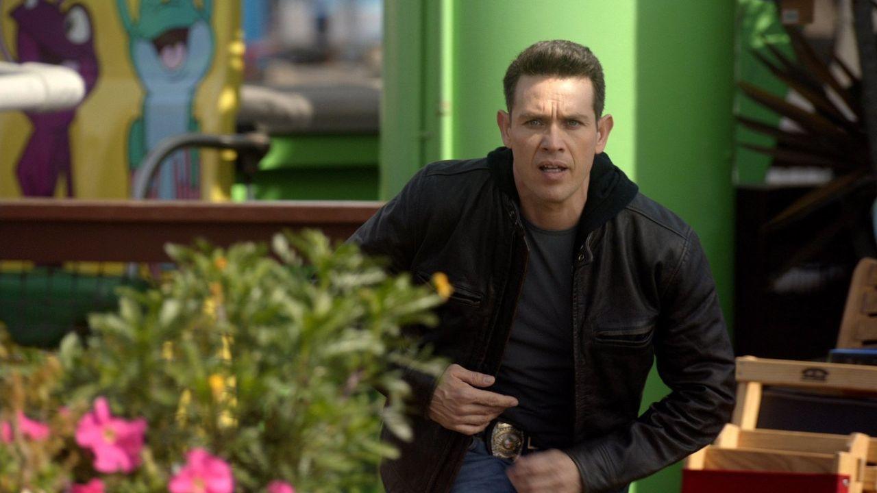 Noch ahnt Dan (Kevin Alejandro) nicht, in welche tödlicher Gefahr er und viele unschuldige Menschen auf dem Santa Monica Pier schweben ... - Bildquelle: 2016 Warner Brothers
