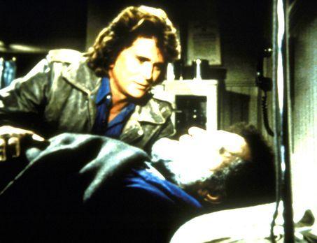 Ein Engel auf Erden - Mark (Victor French, l.) ist schwer verletzt, und zum e...