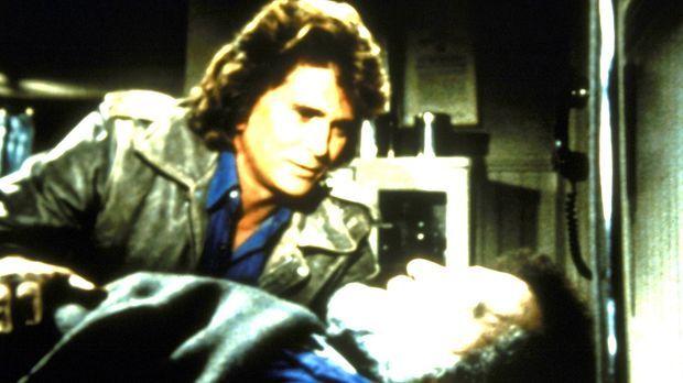 Mark (Victor French, l.) ist schwer verletzt, und zum ersten Mal weiß Jonatha...