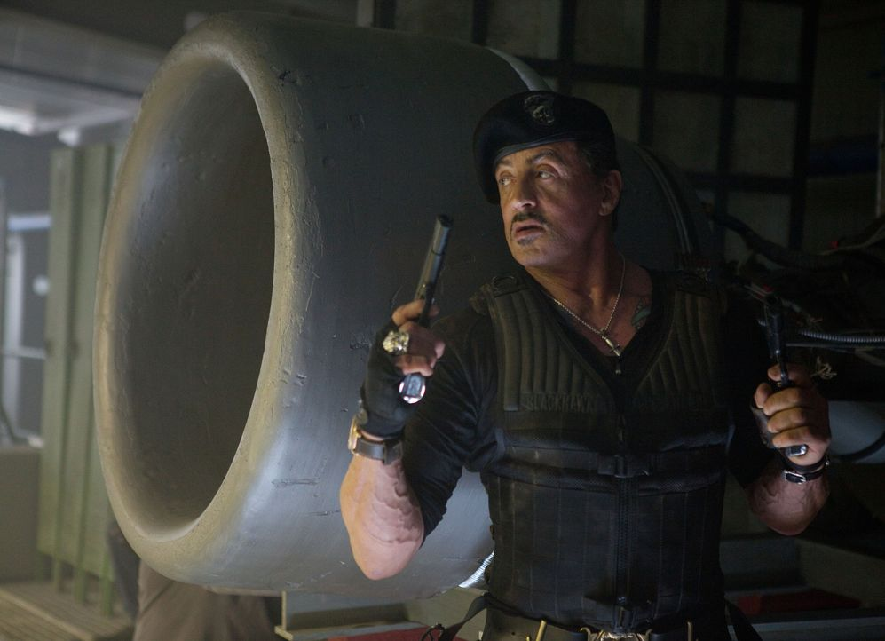 Schickt seine Männer ein zweites Mal durch die Hölle, um die Welt vor einer Atomkatastrophe zu bewahren: Barney Ross (Sylvester Stallone) ... - Bildquelle: BARNEY'S CHRISTMAS, INC.  ALL RIGHTS RESERVED