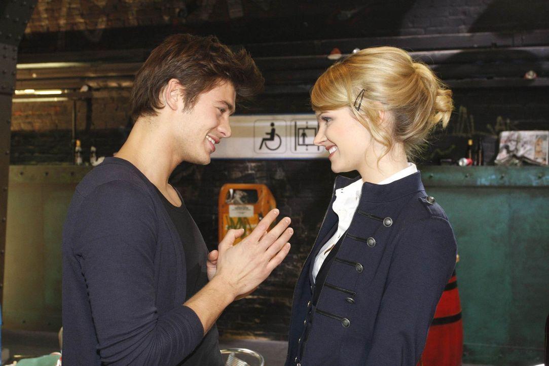 Moritz (Eugen Bauder, l.) wirbt um Jessica (Isabell Ege, r.), und spielt dabei all seine Trümpfe aus. Doch die bleibt anfangs skeptisch ... - Bildquelle: SAT.1
