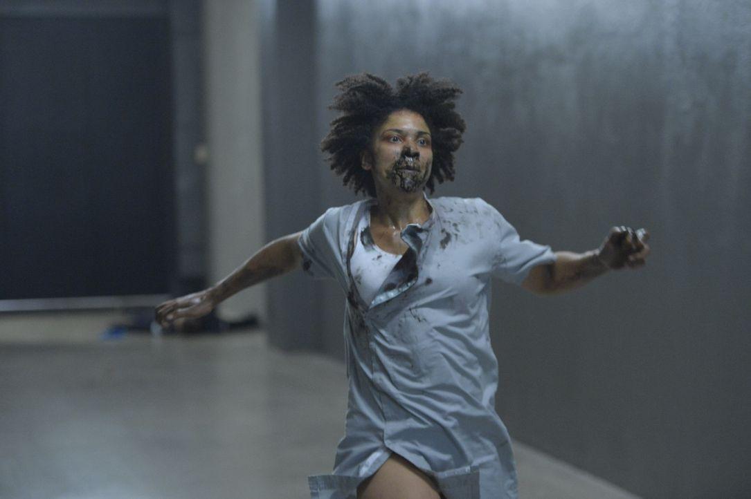 Der Virus macht Dr. Sulemani (Tamara Brown) extrem aggressiv und sorgt für eine riesige Massenpanik ... - Bildquelle: 2014 Sony Pictures Television Inc. All Rights Reserved.