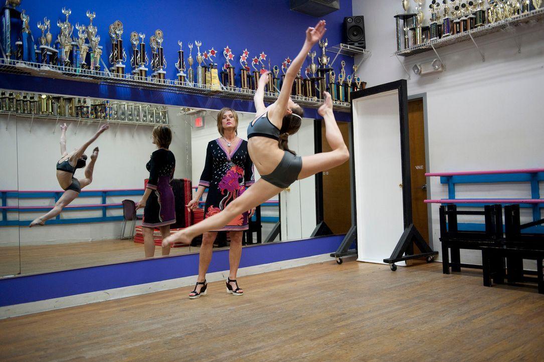 In Hollywood angekommen, beschließt Kelly ohne das Wissen der anderen, Choreographen zu engagieren. Damit will sie Brooke und Paige einen Vorteil ve... - Bildquelle: 2011 AETN