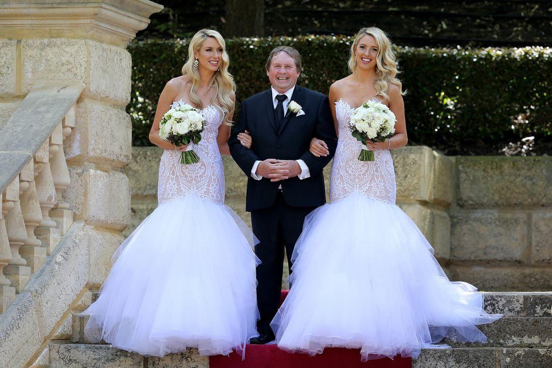 Erwartet die Matching-Experten mit den eineiigen Zwillingen Sharon (l.) und Michelle (r.) doppeltes Drama? - Bildquelle: Nigel Wright ENDEMOLSHINE AUSTRALIA AND CHANNEL NINE