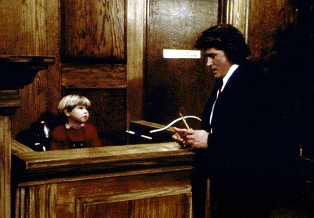 Jonathan (Michael Landon, r.) kann von Matty (Billy O'Sullivan, l.), dem Sohn der gegnerischen Anwälte, Erstaunliches über den Weihnachtsmann erfa... - Bildquelle: Paramount Pictures