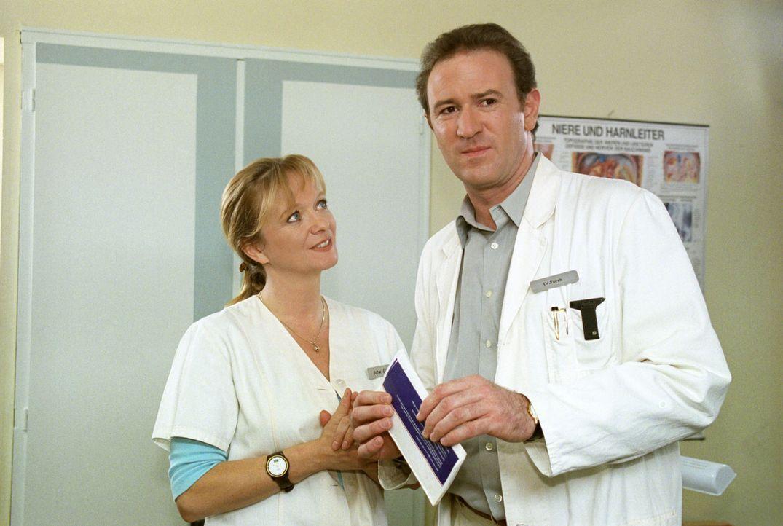 Schwester Elke (Ulrike Mai, l.) schenkt Dr. Forch (Stefan Walz, r.) eine Reise zum Geburtstag. Forch hat nun wiederum ein schlechtes Gewissen, weil... - Bildquelle: Noreen Flynn Sat.1