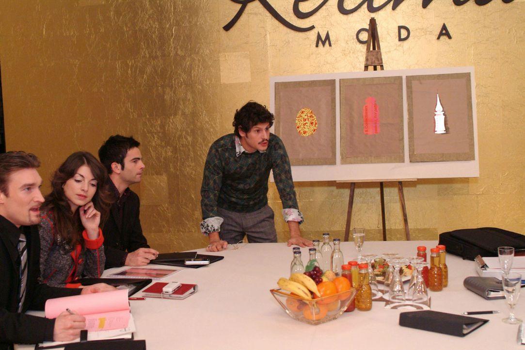 Rokko (Manuel Cortez, r.) präsentiert vor Richard (Karim Köster, l.), Mariella (Bianca Hein, 2.v.l.) und David (Mathis Künzler, 2.v.r.). - Bildquelle: Monika Schürle Sat.1
