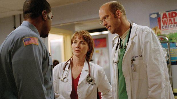 Weaver (Laura Innes, M.) und Greene (Anthony Edwards, r.) wollen die Verhaftu...