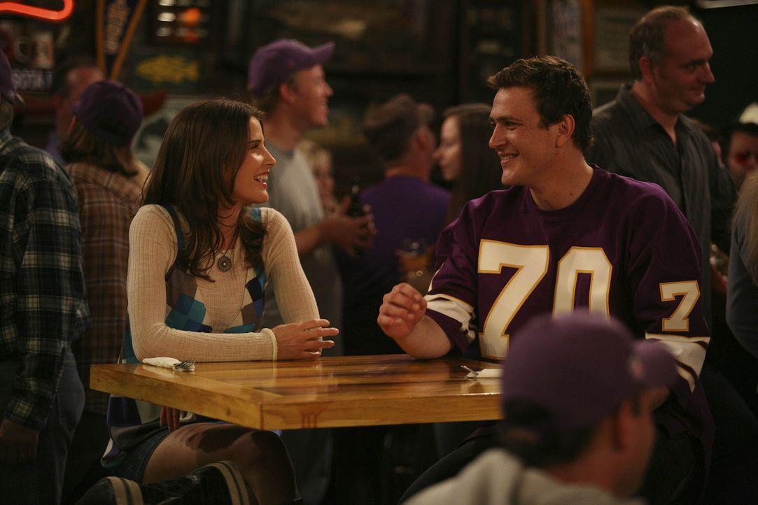 Da Robin (Cobie Smulders, l.) in diesem Jahr besonders unter Heimweh leidet, nimmt Marshall (Jason Segel, r.) sie mit in eine Bar, die ihn an seine... - Bildquelle: 20th Century Fox International Television