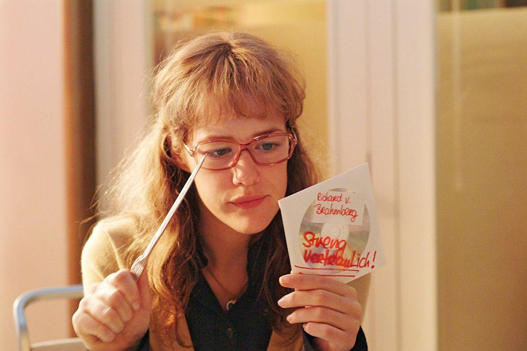 Lisa (Alexandra Neldel) kann kaum der Versuchung widerstehen, die scheinbar achtlos herumliegende CD, auf der sich die Präsentationsdaten von Richa... - Bildquelle: Sat.1