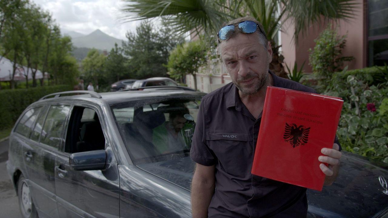 Für Tom Waes steht eine neue Reise auf eigene Gefahr an: Albanien. Tom entdeckt ein wahnsinnig schönes Land mit freundlichen Einheimischen, eigenart... - Bildquelle: 2013 deMENSEN