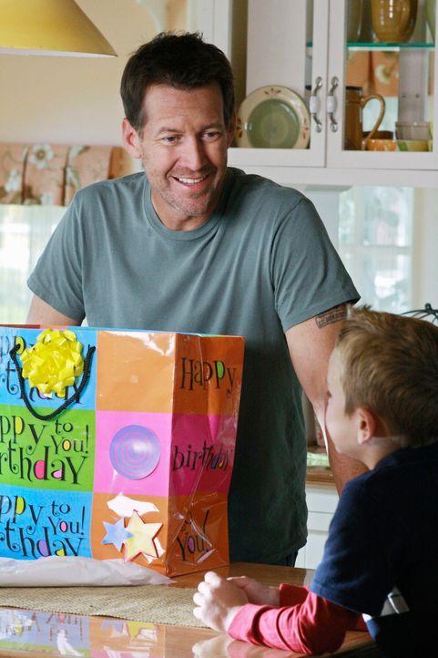 Während die Freundschaft zwischen Lynette und Gabrielle in die Brüche zu gehen scheint, entdeckt Mike (James Denton, l.), dass Katherine seinen Sohn... - Bildquelle: ABC Studios