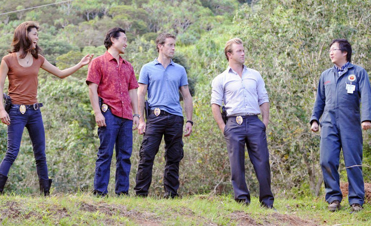 Ermitteln in einem neuen Mordfall: (v.l.n.r.) Kono (Grace Park), Chin (Daniel Dae Kim), Steve (Alex O'Loughlin), Danny (Scott Caan) und Max (Masi Ok... - Bildquelle: TM &   CBS Studios Inc. All Rights Reserved.
