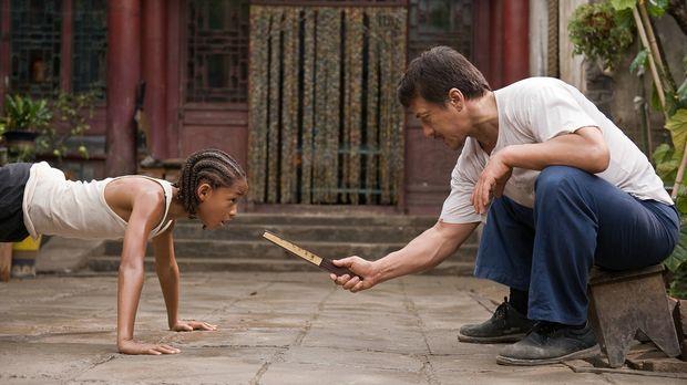Karate Kid - Schon bald muss Dre (Jaden Smith, l.) erkennen, dass der Hausmei...