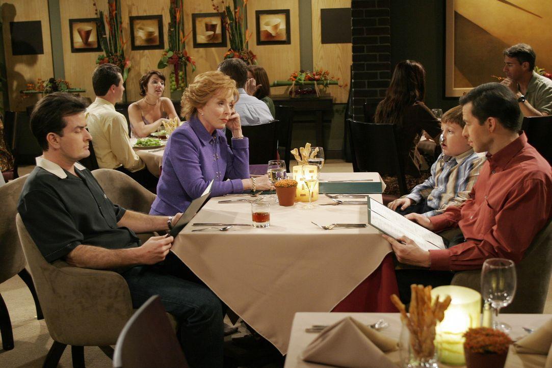 Familienessen: Charlie (Charlie Sheen, l.) Evelyn (Holland Taylor, 2.v.l.), Jake (Angus T. Jones, 2.v.r.) und Alan (Jon Cryer, r.) ... - Bildquelle: Warner Brothers Entertainment Inc.