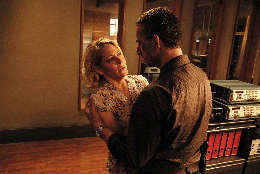 Corinne Pistek (Stefanie Japp, l.) flüchtet vor ihrem gewalttätigen Mann und sucht Hilfe bei Matthias (Heio von Stetten, r.). - Bildquelle: Hardy Spitz Sat.1
