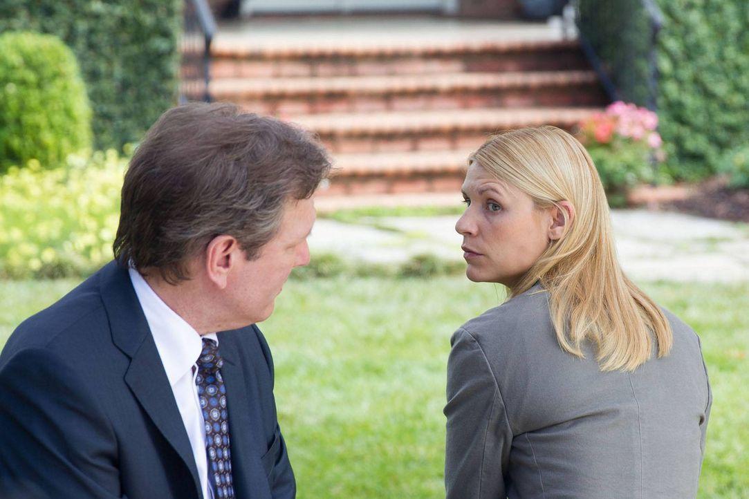 Bennett (Martin Donovan, r.) will Carrie (Claire Danes, l.) dazu bringen, für ihn zu arbeiten. Dafür will er sie im Gegenzug aus der Psychiatrie her... - Bildquelle: 2013 Twentieth Century Fox Film Corporation. All rights reserved.