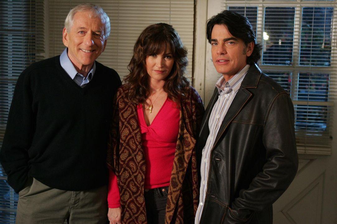 Sandy (Peter Gallagher, r.) ist dabei, als Max (Barry Newman, l.) stirbt. Nun hat sie die schwere Aufgabe, es Rebecca (Kim Delaney, M.) mitzuteilen... - Bildquelle: Warner Bros. Television