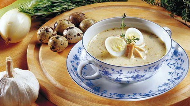 Ein Teller mit Zurek, einer polnischen Suppe