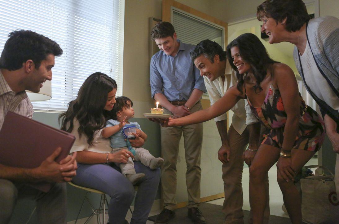 Mateos erster Geburtstag steht bevor. (v.l.n.r.) Jane (Gina Rodriguez), Rafael (Justin Baldoni), Michael (Brett Dier), Rogelio (Jaime Camil), Xo (An... - Bildquelle: Scott Everett White 2016 The CW Network, LLC. All rights reserved.