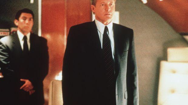 Senator Brody (Bruce Boxleitner, r.) erfährt, dass die Suche nach der fremden...