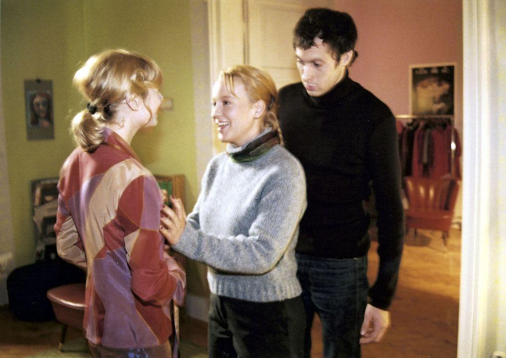 Mala (Floriane Daniel, M.) ist überzeugt, dass der Transvestit Jean vor ihr steht, dabei handelt es sich um Carlos (Marc Hosemann, r.) Ex-Freundin J... - Bildquelle: Sat.1