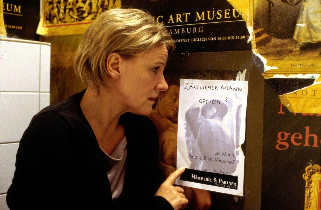 """Eines einsamen Abends findet Helen (Mariele Millowitsch) in einer Kneipe eine Anzeige: """"Zärtlicher Mann gesucht?"""" - Bildquelle: Thorsten Jander Sat.1"""