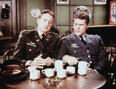 Bezaubernde Jeannie - Tony (Larry Hagman, r.) und Roger (Bill Daily, l.) müss...