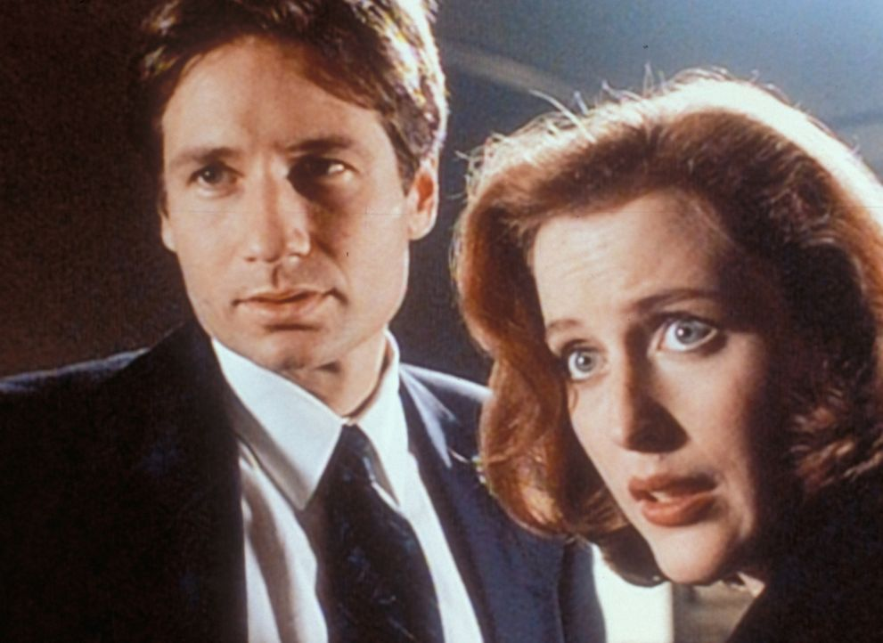 Mulder (David Duchovny, l.) und Scully (Gillian Anderson, r.) verfolgen eine internationale Serie von religiös motivierten Morden. - Bildquelle: TM +   2000 Twentieth Century Fox Film Corporation. All Rights Reserved.