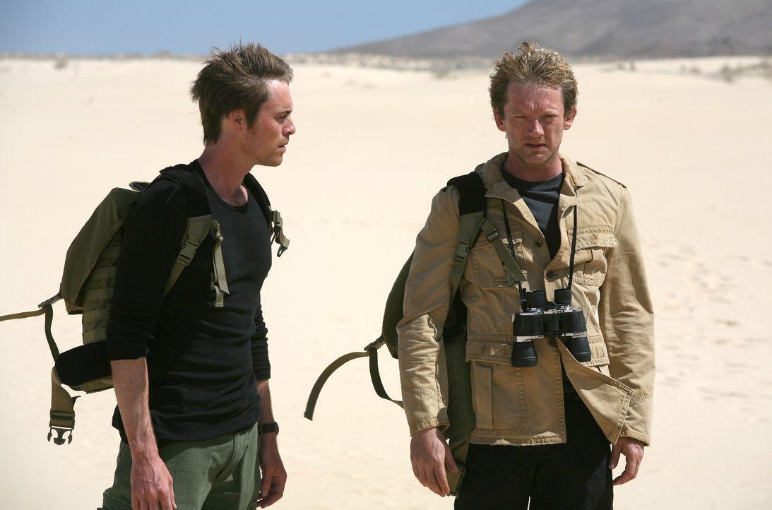 Durch ein Wurmloch gelangen Cutter (Douglas Henshall, r.) und Stephen (James Murray, l.) in vergangene Zeit, wo sie versuchen, die Monster zu besieg... - Bildquelle: ITV Plc