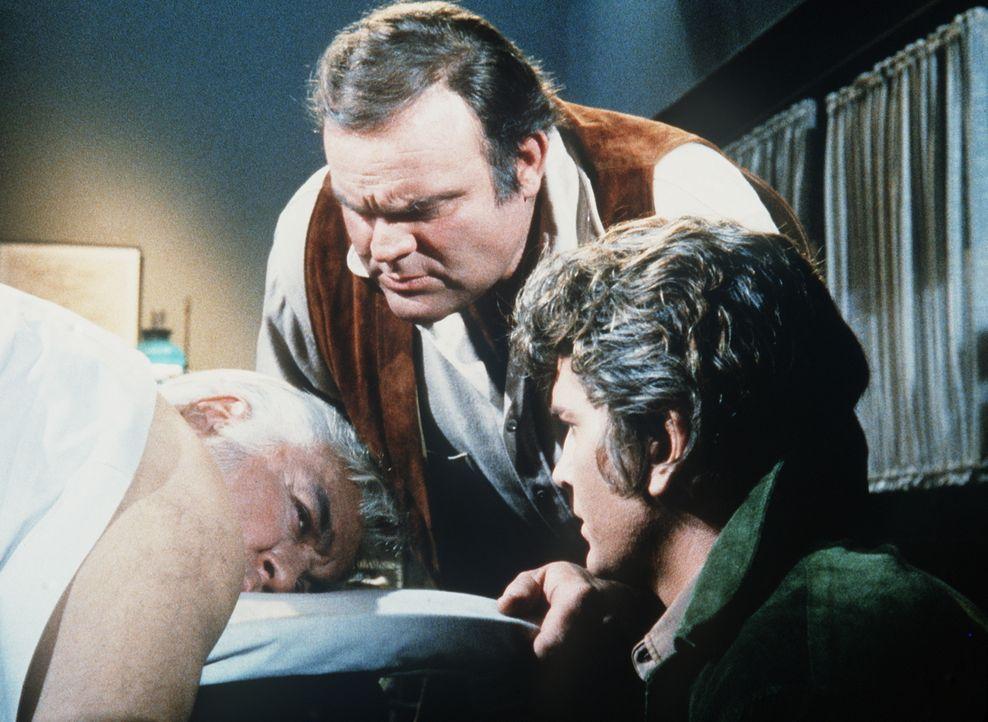 Ben (Lorne Greene, l.) ist von April Horn angeschossen worden. Hoss (Dan Blocker, M.) und Little Joe (Michael Landon, r.) wollen nun die Verfolgung... - Bildquelle: Paramount Pictures
