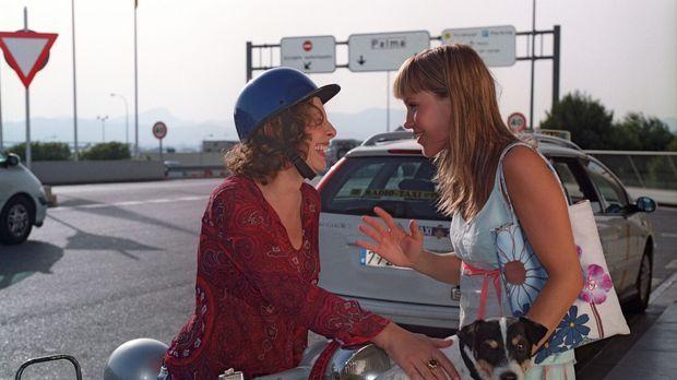 Isabelle (Wolke Hegenbarth, r.) wird von ihrer Mutter Carla (Teresa Harder, l...