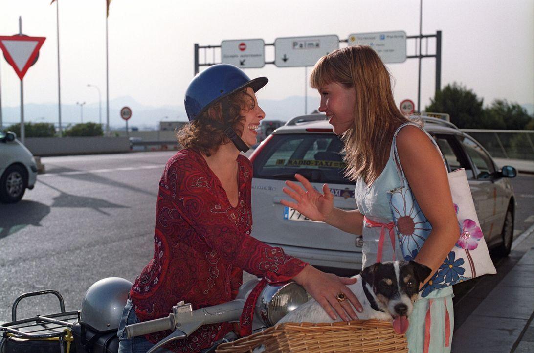 Isabelle (Wolke Hegenbarth, r.) wird von ihrer Mutter Carla (Teresa Harder, l.) zum Flughafen gebracht und lässt sich von ihr überreden, den klein... - Bildquelle: Sat.1
