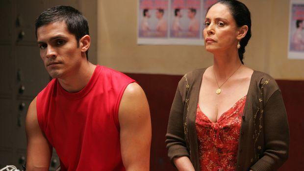 Der Geist von Teos (Nicholas Gonzales, l.) verstorbener Mutter Estella (Sonia...