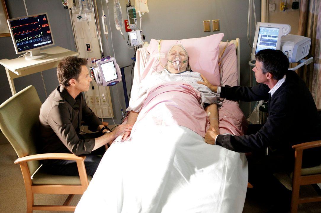 Petes (Tim Daly, l.) Mutter Frances (Louise Fletcher, M.) wird ins Krankenhaus eingeliefert, weil sein Bruder Adam (Kyle Secor, r.) sie mit Pillen v... - Bildquelle: ABC Studios