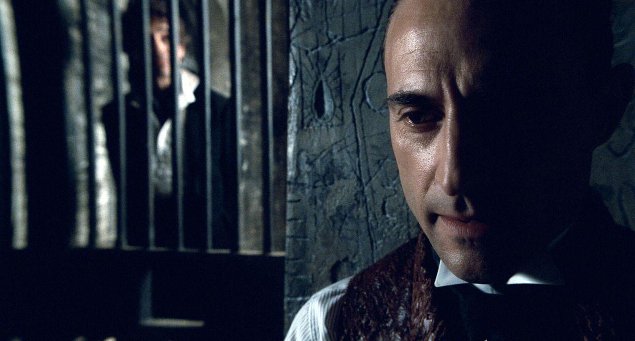 Obwohl Lord Blackwoods (Mark Strong) Hinrichtungstermin immer näher rückt, terrorisiert er seine Mitgefangenen und Wärter damit, dass er mit übe... - Bildquelle: Warner Brothers