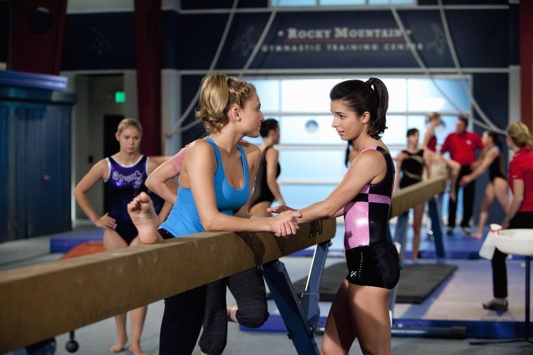 Sollen sich Kaylie (Josie Loren, r.), Lauren (Cassie Scerbo, l.) und die anderen Mädchen wirklich gegen ihren Trainer stellen? - Bildquelle: 2010 Disney Enterprises, Inc. All rights reserved.
