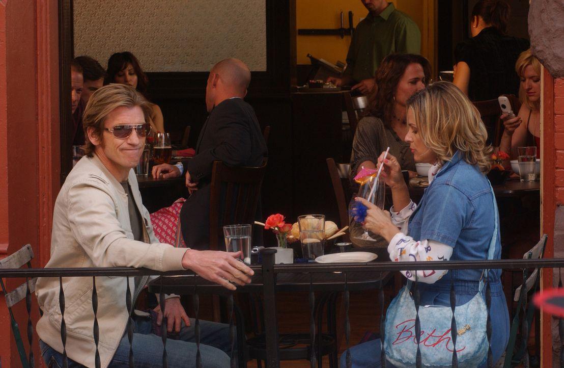 Haben ein Date: Tommy (Denis Leary, l.) und Beth (Amy Sedaris, r.), die neurotische Tochter von Chief Sid ... - Bildquelle: 2007 Sony Pictures Television Inc. All Rights Reserved