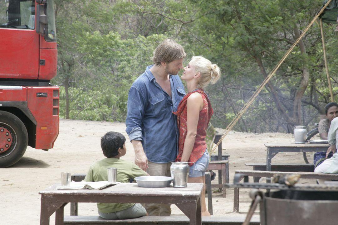 Auf ihrer Reise kommen sich Sarah (Wolke Hegenbarth) und Max (Henning Baum) langsam näher. Doch immer noch nicht hat die junge Geologin dem attrakt... - Bildquelle: Vinod Deshpande SAT.1