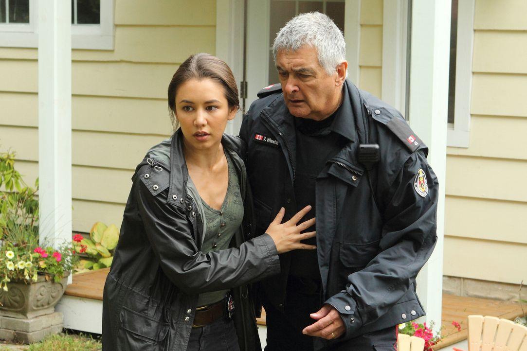 Kein Entkommen: Det. Poppy Wisnefski (Luisa D'Oliveira, l.) muss sich der Tatsache stellen, dass die Demenz ihres Vaters Officer Vince Wisnefski (Ch... - Bildquelle: BetaFilm