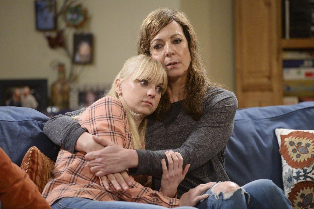 Trauer vereint eben: Christy (Anna Faris, l.) versöhnt sich mit ihrer Mutter Bonnie (Allison Janney, r.) ... - Bildquelle: Warner Bros. Television