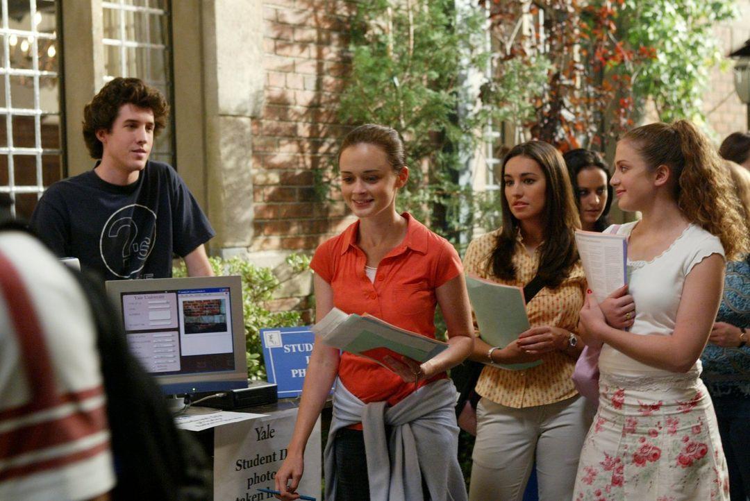 Während Rory (Alexis Bledel, M.) auf einen guten Start an der Yale hofft, muss sich Luke mit einigen Anzugträgern herumärgern ... - Bildquelle: 2003 Warner Bros.