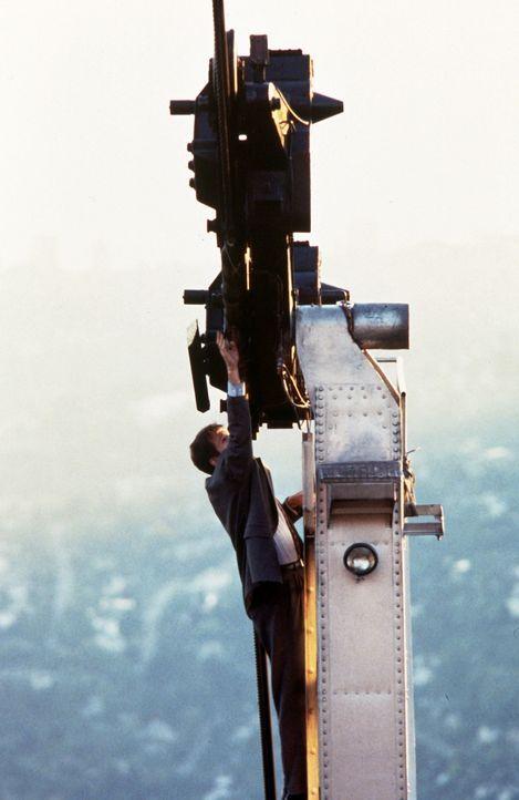 Mulder (David Duchovny) muss bei einer Verfolgungsjagd gefährliche Abenteuer wie diese Kletterpartie auf einer Drahtseilbahn bestehen. - Bildquelle: TM +   Twentieth Century Fox Film Corporation. All Rights Reserved.