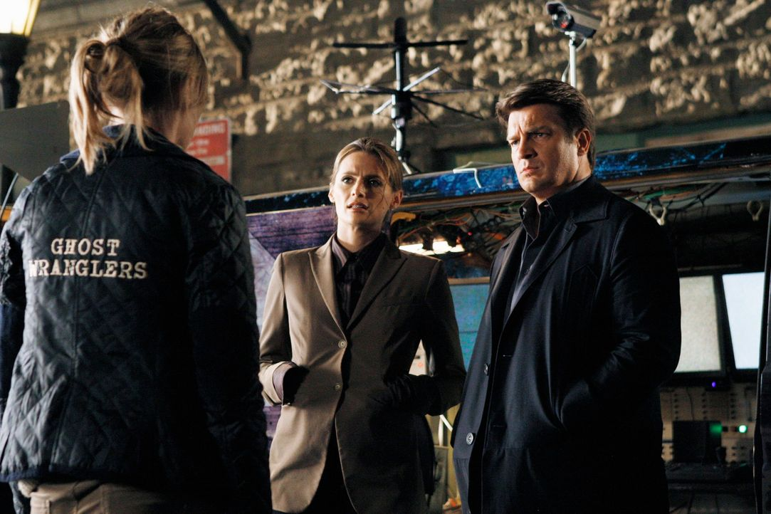 Der Mord an einem Geisterjäger beschäftigt Richard Castle (Nathan Fillion, r.) und Kate Beckett (Stana Katic, M.). - Bildquelle: 2011 American Broadcasting Companies, Inc. All rights reserved.